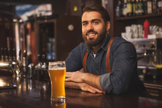 Brasseur offrant une savoureuse bière artisanale dans son restaurant