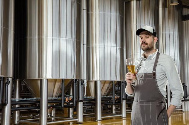 Brasseur professionnel sur sa propre production artisanale d'alcool