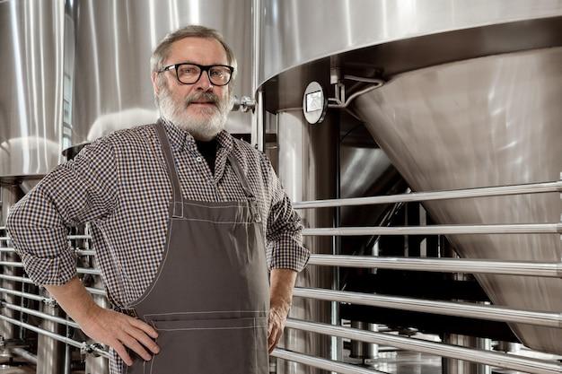 Brasseur professionnel sur sa propre production artisanale d'alcool.