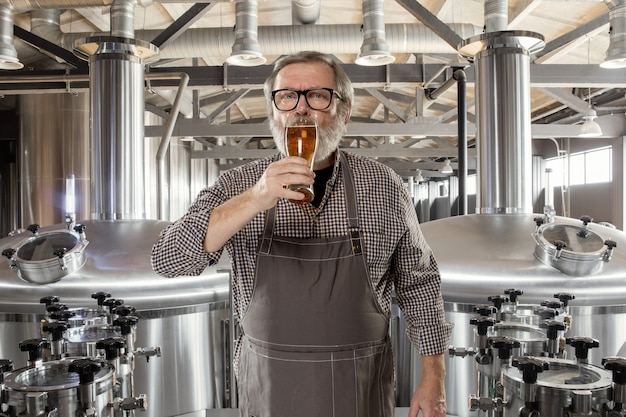 Brasseur Professionnel Sur Sa Propre Production Artisanale D'alcool. Photo Premium