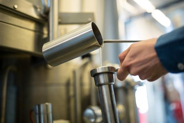 Brasseur vérifiant la bière à la brasserie