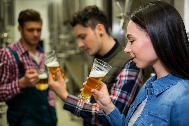 Des brasseurs testent de la bière dans une brasserie