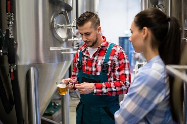 Les brasseurs testent la bière avec du papier de tournesol