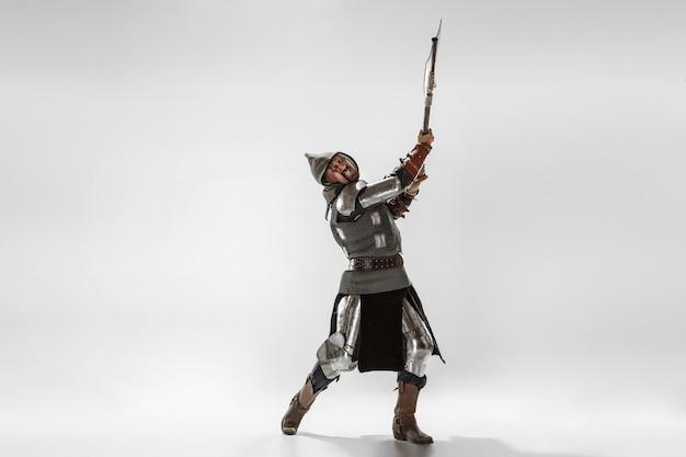 Brave chevalier blindé avec combat d'armes professionnelles isolé sur fond de studio blanc.