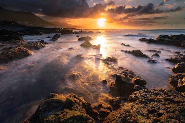 Brave côte de la partie nord de l'île de tenerife à côté de punta hidalgo, îles canaries, espagne.