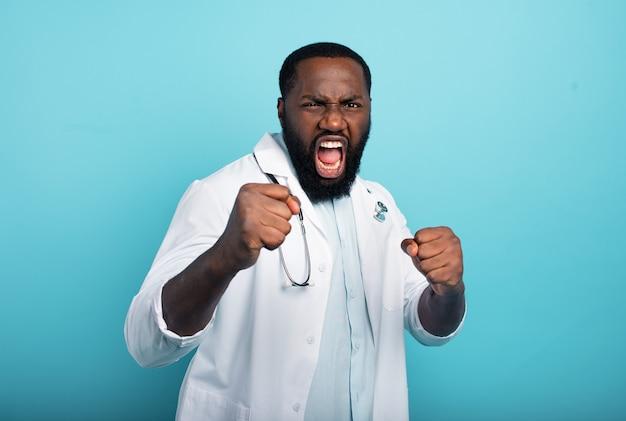 Brave medic lutte contre le coronavirus covid-19.