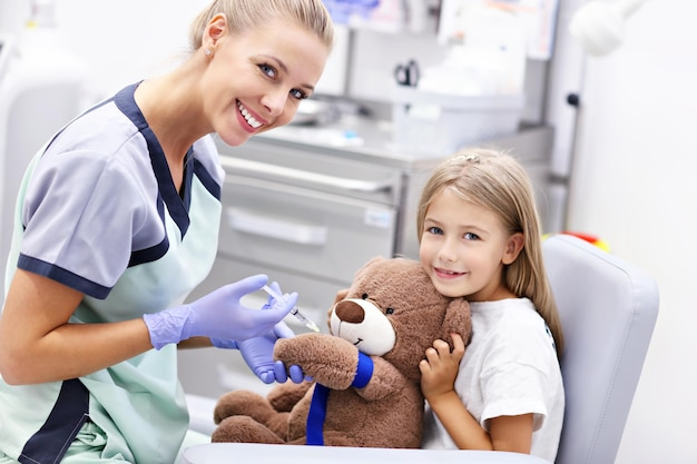 Brave petite fille ayant une collecte de sang pour des tests
