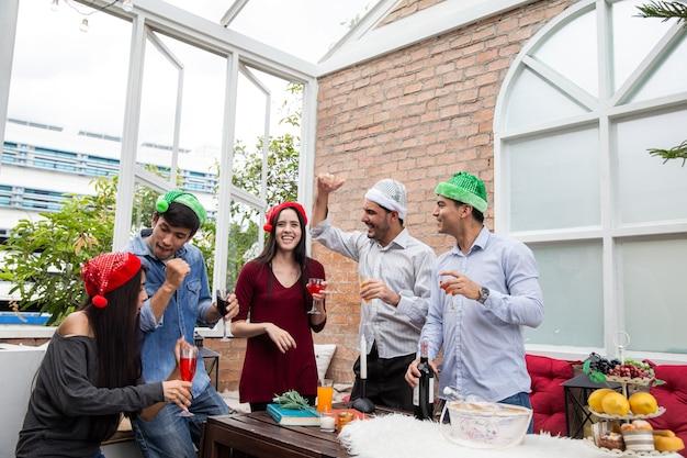 Bravo aux meilleurs amis jeunes joyeux applaudissant avec des flûtes à champagne et ayant l'air heureux