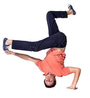 Break dancer faisant appui renversé à une main sur un fond blanc