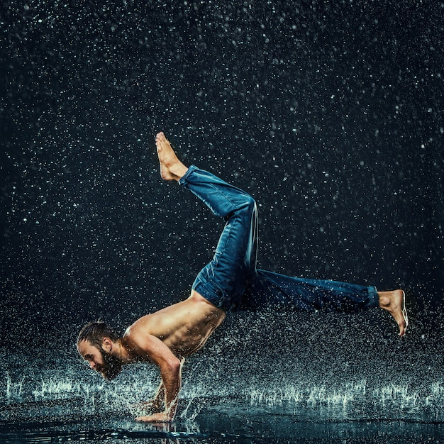 Break danseur dans l'eau