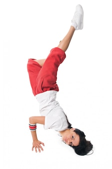 Breakdancing girl faisant un handstand
