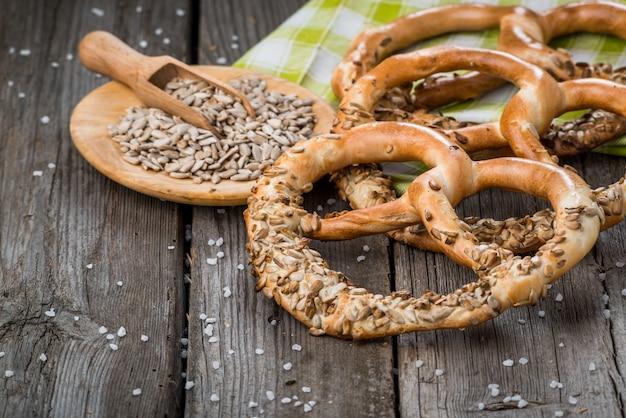 Bretzels allemands sur table en bois