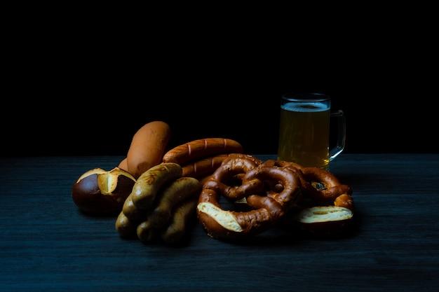 Bretzels et saucisses à la bière sur table en bois oktoberfest