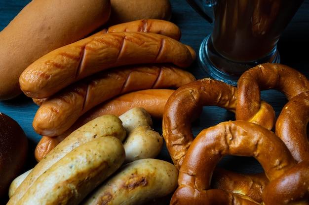 Bretzels de saucisses oktoberfest et pot de bière fond sombre style alimentaire