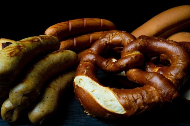 Bretzels et saucisses de style darkfood pour l'oktoberfest