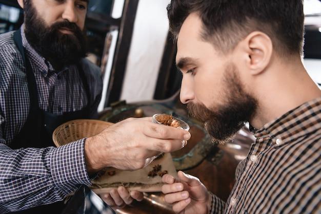 Brewers test hop cones qualité du matériau de brassage