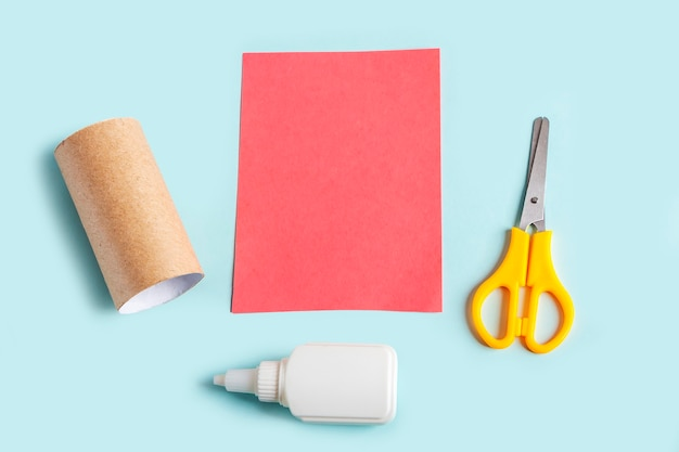 Bricolage et créativité des enfants. faire du poulpe à partir d'un tube de papier toilette. outils de préparation ciseaux, colle, papier