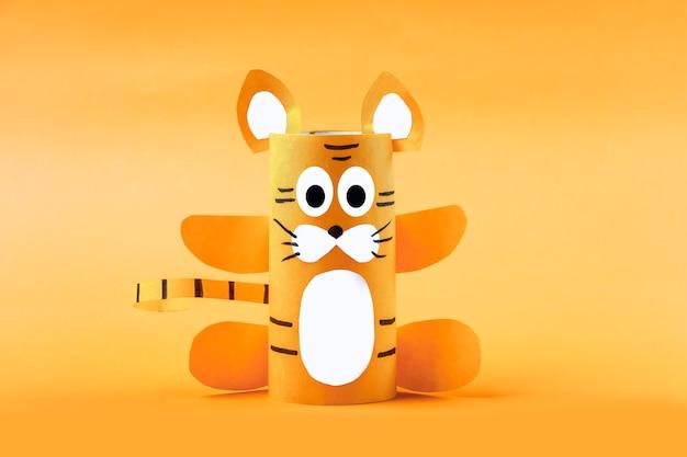 Bricolage et créativité des enfants. instruction étape par étape : comment faire le symbole de 2022 du tigre à partir d'un tube de papier toilette. métier terminé à l'étape 3. enfants nouvel an et noël craft.