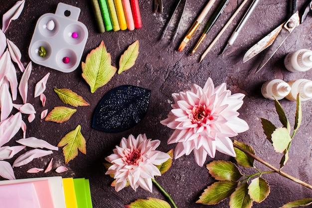 Bricolage fait à la main en fabriquant des fleurs réalistes en mousse