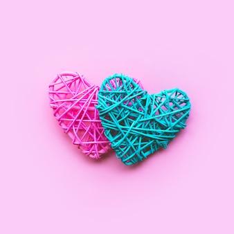 Bricolage en forme de coeur coloré sur fond rose