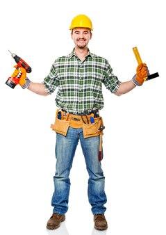 Bricoleur caucasien souriant avec des outils
