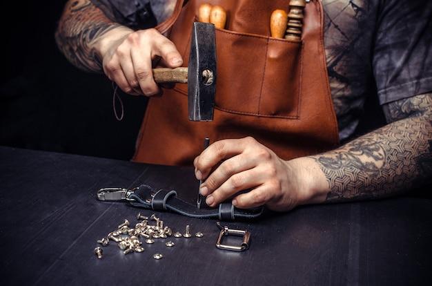 Bricoleur créant du cuir sur son lieu de travail