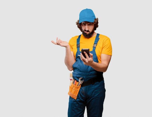 Bricoleur ouvrier avec un téléphone intelligent