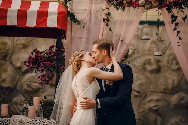 Bride and groom baiser
