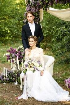Bride and groom - cérémonie de mariage dans la forêt
