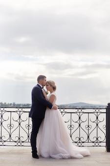 Bride and groom étreindre et s'embrasser