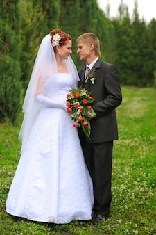 Bride and groom mains avec anneaux de mariage