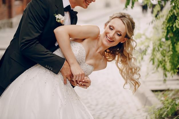 Bride ayant un bon moment avec son mari