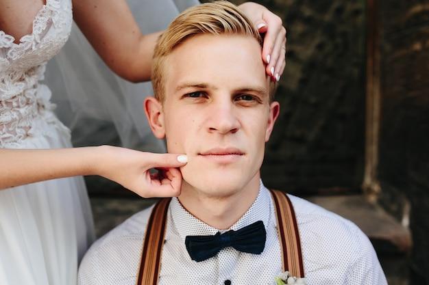 Bride groom joue pincement