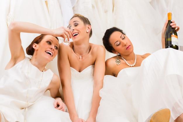 Brides buvant trop dans un magasin de mariage