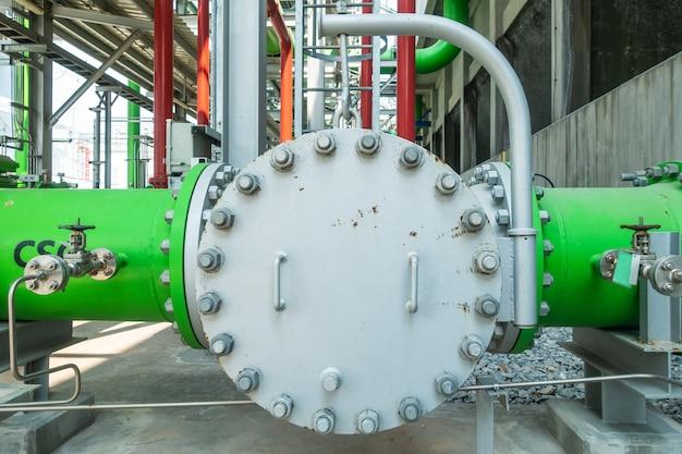 Brides de tuyaux métalliques avec boulons en zone industrielle