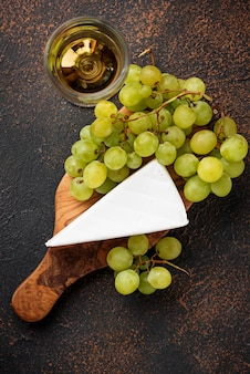 Brie au fromage, raisin et vin