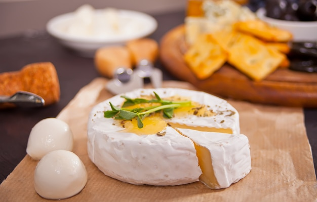 Brie camembert et mozarella au miel et aux herbes. les produits laitiers.