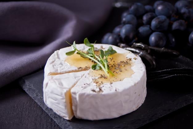 Brie camembert et mozzarella au miel et aux herbes. les produits laitiers.