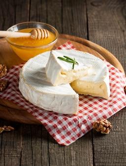 Brie type de fromage.