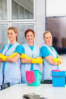 Brigade de nettoyage travaillant au bureau