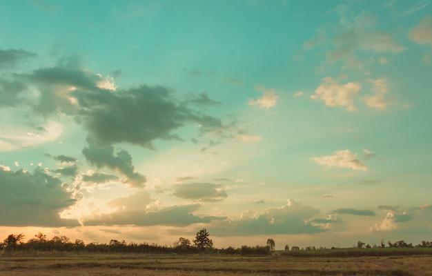 Bright, beaux nuages d'or. au coucher du soleil avant la pluie en saison des pluies.