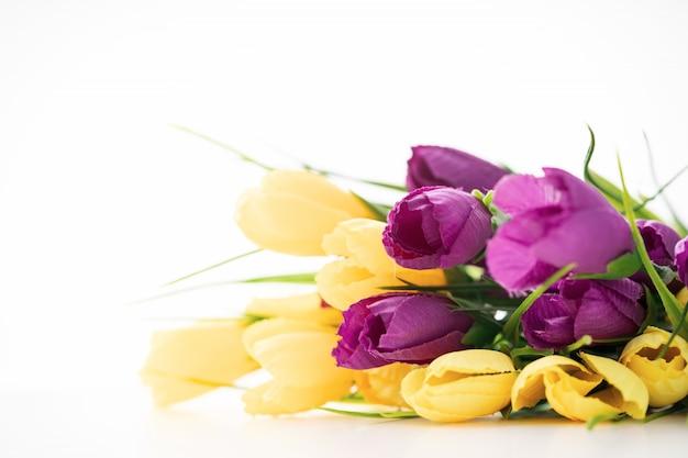 Bright belles fleurs se trouvent sur un fond blanc.