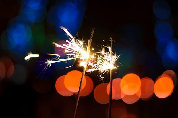 Brillant magnifique sparkler sur un bokeh multicolore