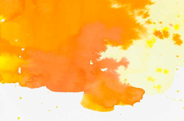 Brillant mélange de nuances d'aquarelle orange et jaune sur fond blanc