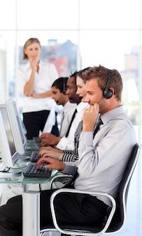 Une brillante équipe dirigeante leader dans un centre d'appels