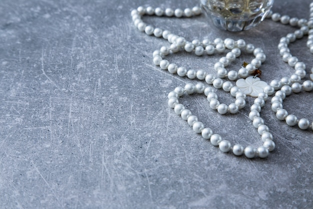 Un brin de perles et de parfum sur un fond de pierre