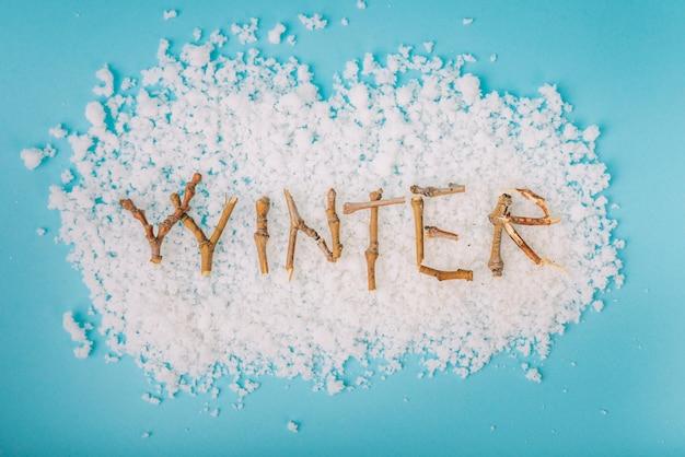 Brindille de lettres sur la neige