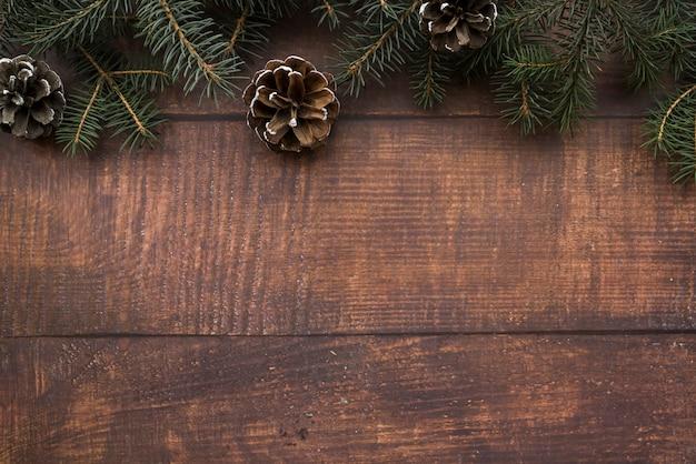 Brindilles de sapin avec des chicots sur une planche de bois