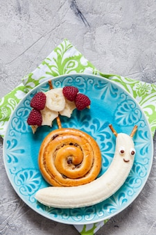 Brioche à la cannelle avec banane ressemble à un escargot