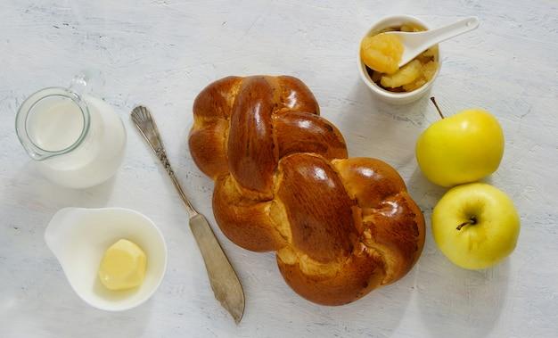 Brioche sur le fond blanc - petit déjeuner sain